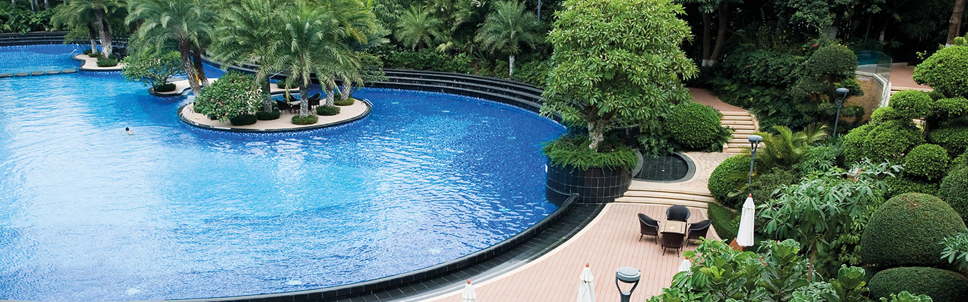 hotel-garden-&-pool-shutterstock_91946972.jpg
